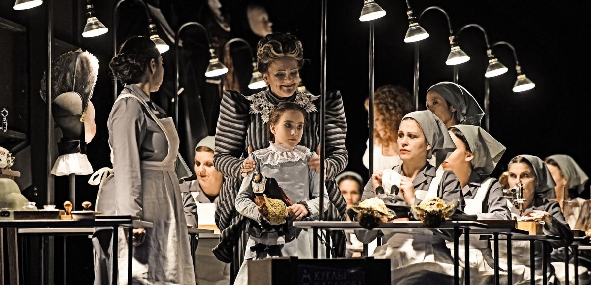 katja-kabanova_gundula-hintz-lotta-yilmaz-chor-des-staatstheater-mainz_c_andreas-etter